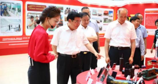 苗圩参观工业和信息化成就展